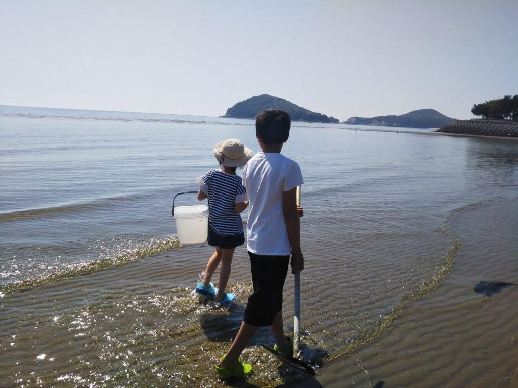三豊市父母ヶ浜海水浴場でマテ貝採り