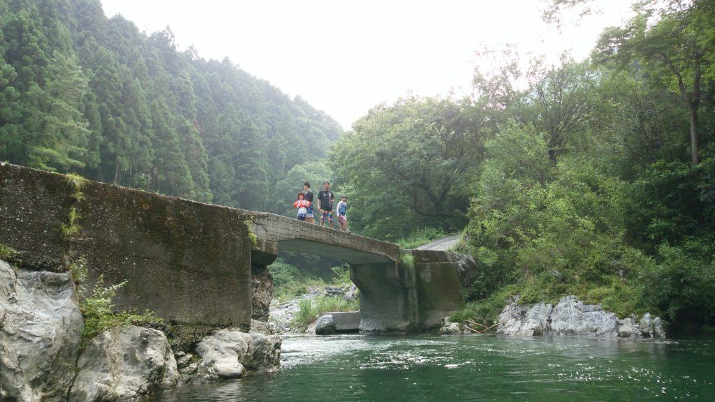 徳島県のつるぎ町の川橋から飛び込み