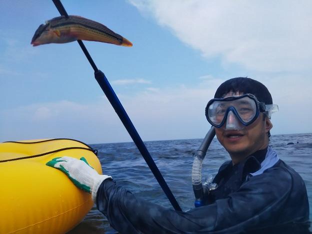 山田海岸で銛で魚を突く