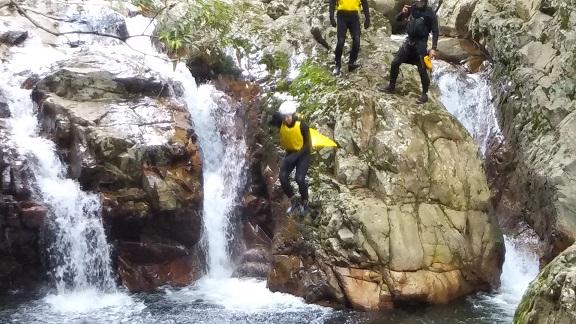 大きな岩から飛び込み